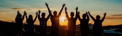 Jugendliche im Gegenlicht zum Sonnenuntergang.